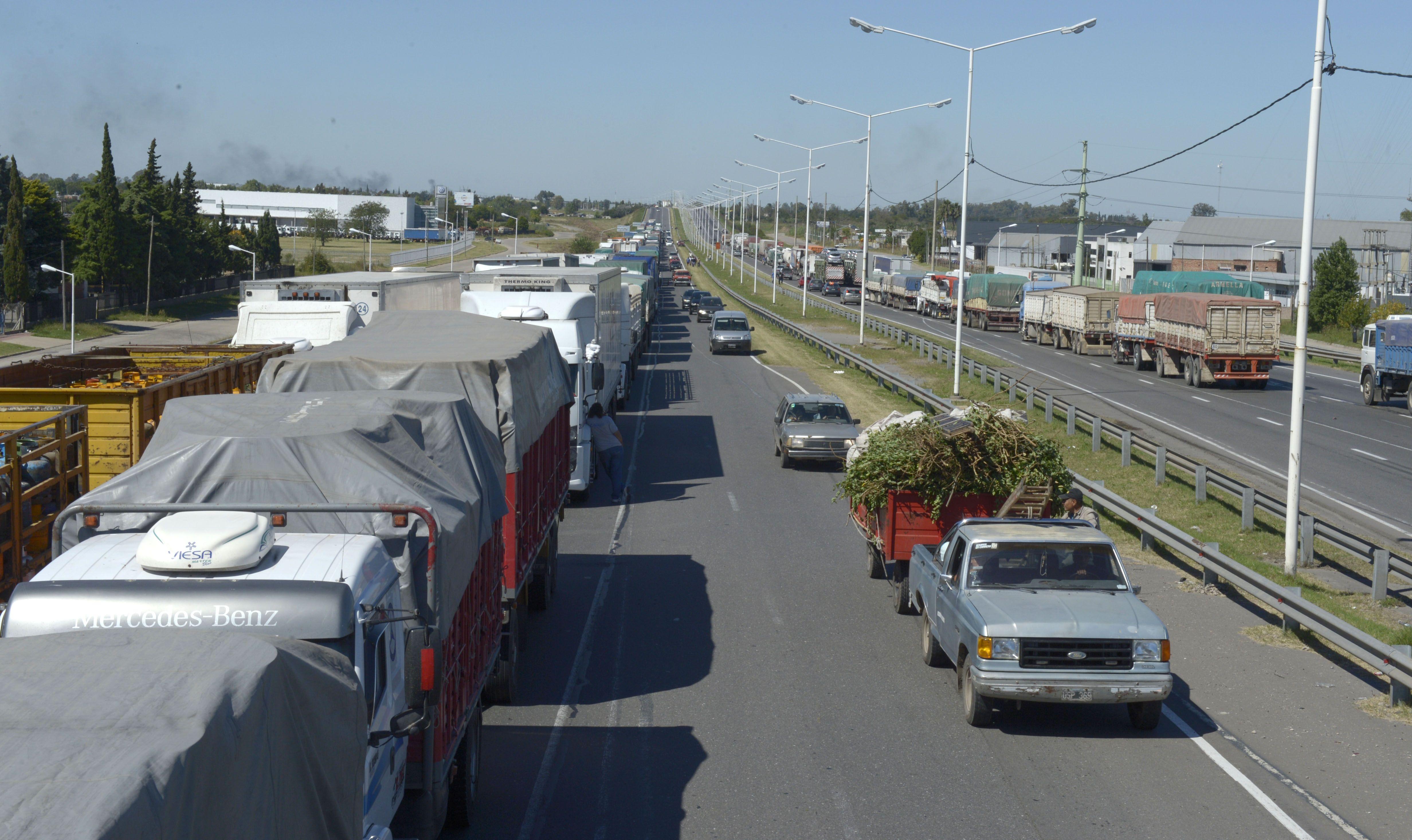 El paro se hace sentir principalmente en avenida Circunvalación por la congestión de camiones.
