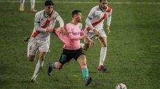 A Lionel Messi no lo pueden parar, y el defensor del Rayo Vallecano Santiago Comensano lo intenta de cualquier modo.