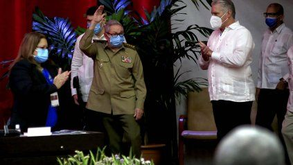 Adiós. Raúl Castro saluda a los integrantes del 8º Congreso del PCC. A su lado, lo aplaude su sucesor, el presidente Miguel Díaz-Canel.