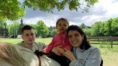 Lourdes junto a sus padres.