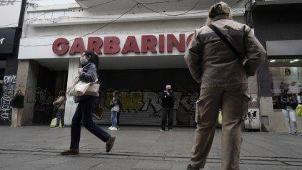El local de Garbarino en peatonal Córdoba amaneció este lunes con las persianas bajas.