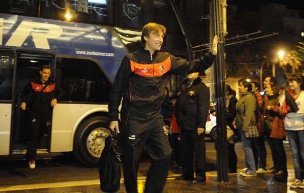 El Gringo Heinze devuelve el saludo de los hinchas al llegar al hotel en Mendoza.  Más atrás Maxi Rodríguez. (Foto: Sebastián Suárez Meccia).