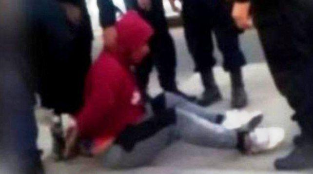 Linchado. El delincuente fue golpeado por un grupo de vecinos que reaccionó al intento de asalto.