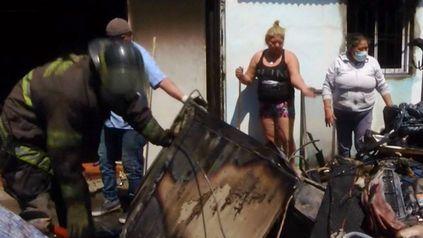 Los bomberos lograron sofocar el incendio en la vivienda del barrio Santa Lucía.
