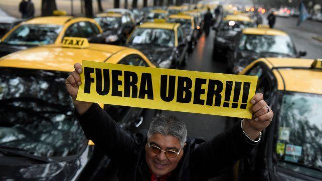 Quiénes son los operadores políticos que están detrás de las multinacionales Uber y Cabify