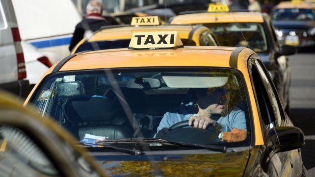 Trabajadores esenciales. Los taxistas ofrecieron la sede del gremio para realizar las vacunaciones.