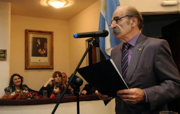 Oscar Fay leyó emocionado su discurso de agradecimiento en el Concejo Municipal.
