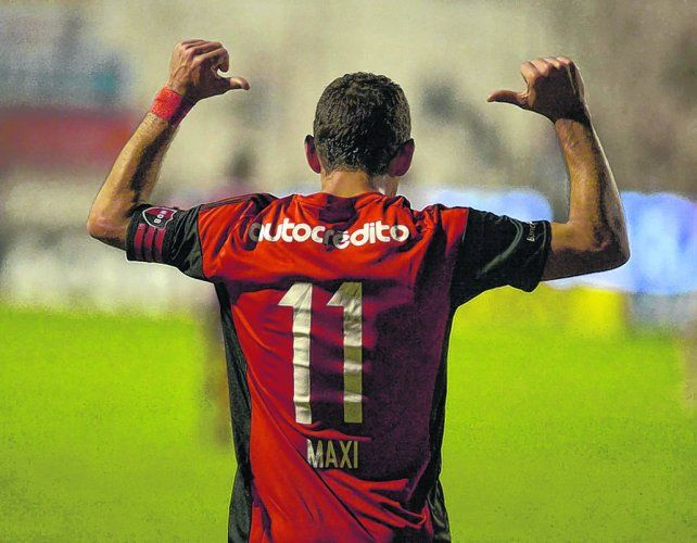 Acá estoy. Maxi Rodríguez se señala la camiseta de Newells. En estos días resolverá si continúa en el club de sus amores.