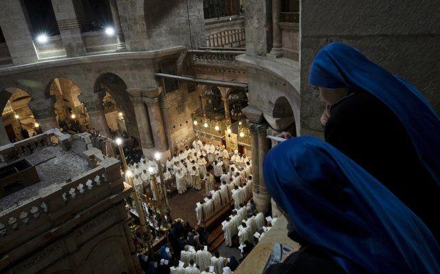Las monjas miran la misa del Jueves Santo dirigida por el Patriarca Latino en el Santo Sepulcro, donde tradicionalmente muchos cristianos creen que Jesucristo fue crucificado, enterrado y resucitó de entre los muertos, en la Ciudad Vieja de Jerusalén, el jueves 1 de abril de 2021.