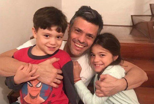 El opositor Leopoldo López salió de la cárcel y ahora cumple arresto domiciliario en Venezuela