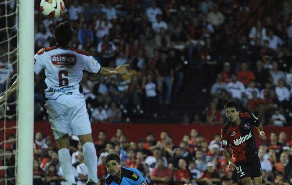 Por arriba. Scocco convierte el segundo gol de Ñuls. Después haría otro