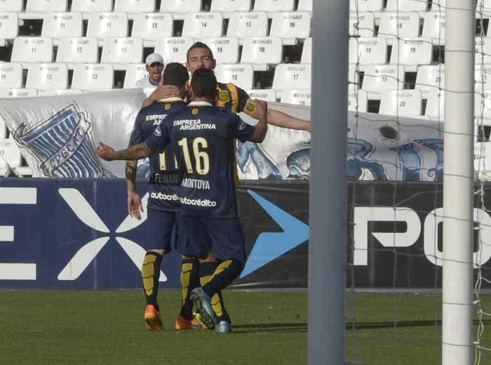 José Luis Fernández no logrita. Fue el tercero de Central. Ruben y Montoya lo saludan. (Foto: S. Suárez Meccia)