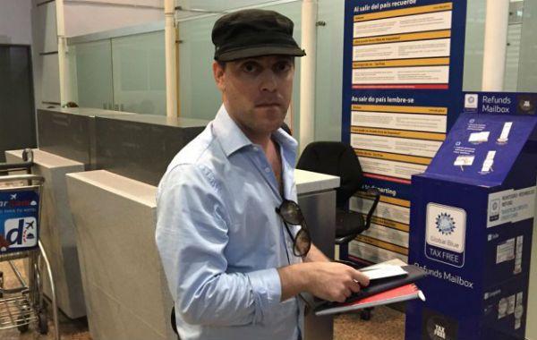 La foto de Damián Pachter cuando partió del aeropuerto de Ezeiza rumbo a Uruguay