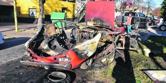 devorado por las llamas. Un Dodge 1500 fue incendiado en Gutiérrez y pasaje Del Campo.