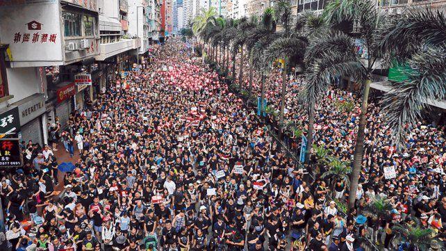 Impresionante. Un río humano desbordó el centro de Hong Kong por tercera vez en siete días.