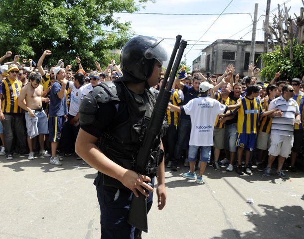 Una importante cantidad de efectivos policiales custodió el ingreso en el estadio. (Foto: G. de los Ríos)