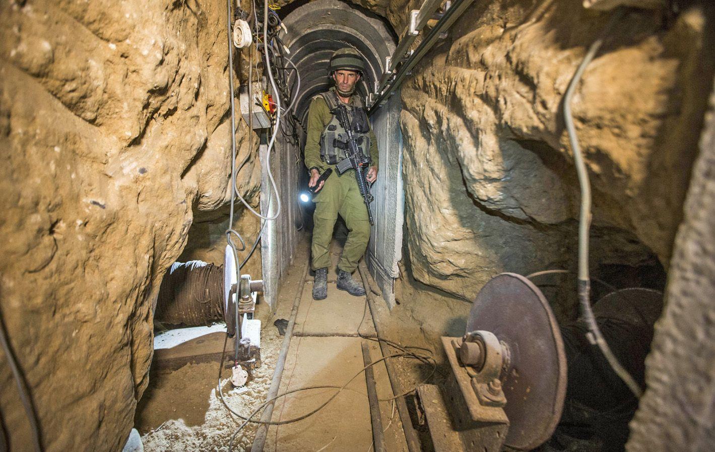 Bajo tierra. Un soldado israelí observa uno de los túneles que Hamas utiliza para ataques y secuestros.