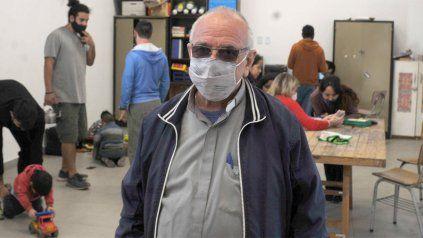 Claudio Castricone, el cura párroco de barrio Tablada. El chico que repite una o dos veces primer año no vuelve más a la escuela. Ese es el problema.