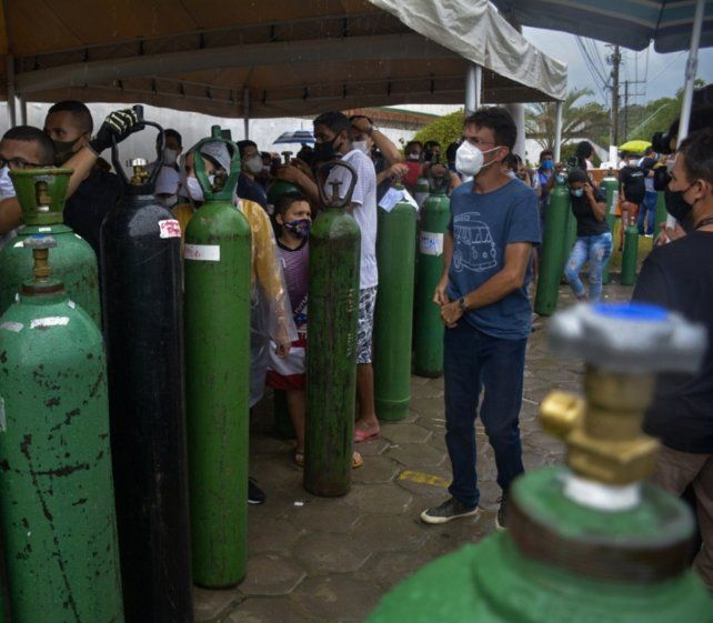 MANAOS. Colapso sanitario. Familiares de infectados hacen colas frente a la empresa Carboxi para recargar sus tubos de oxígeno.