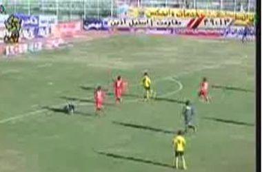 En vez de hacer el gol, la tiró afuera para que atiendan al lesionado arquero rival