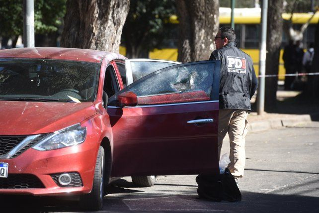 El Nissan donde fue baleado en la cara el empresario frente al banco Macro de la Plaza Alberdi
