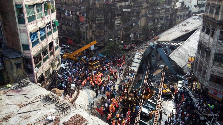 Se derrumbó un puente en India hay al menos 16 muertos y más de 150 personas atrapadas. (Foto: Reuters)