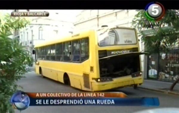 Una rueda se desprendió de un colectivo y cruzó Rioja a la altura de Balcarce