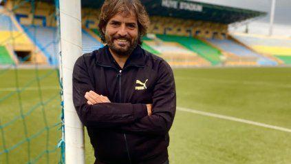 Rodolfo Zapata posa con el estadio municipal de fondo, donde es local Mukura Victory.