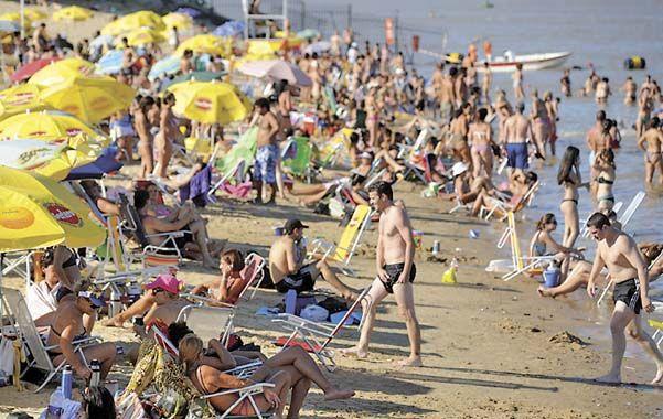 Colmada.  Con 35º de sensación térmica la playa municipal estuvo ayer repleta de bañistas. (foto: Héctor Rio)