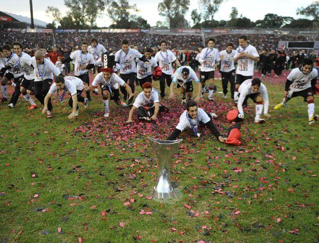 La Copa Juana Azurduy esperaba en un extremo y los jugadores se arrojaban a su encuentro. (Foto: M. Sarlo)