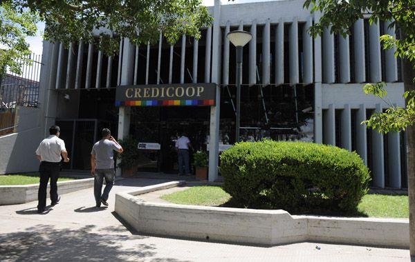 A la agencia del Credicoop llegaron cuatro ladrones en un Citroën C4 gris