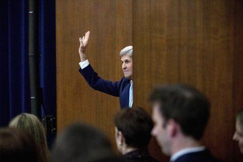 adiós. Kerry se despide de los presentes en el Departamento de Estado.