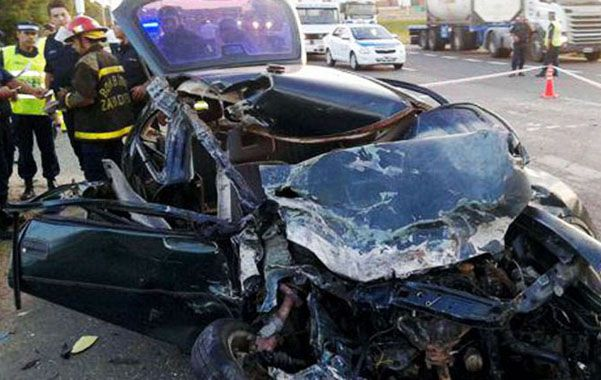 Destrozado. El Chevrolet Corsa donde viajaban el padre y sus dos hijos luego de impactar con un Scania.