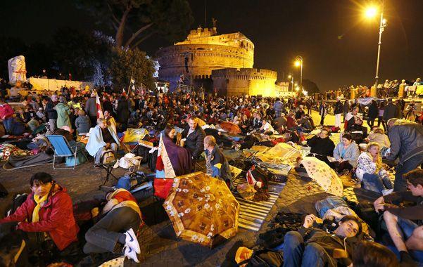 Espera. Cientos de miles de peregrinos han arribado a la plaza de San Pedro para asistir a la excepcional ceremonia.