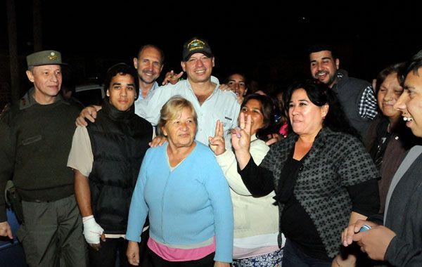 Berni se fotografió con vecinos de los barrios rosarinos en los que estuvo de recorrida.