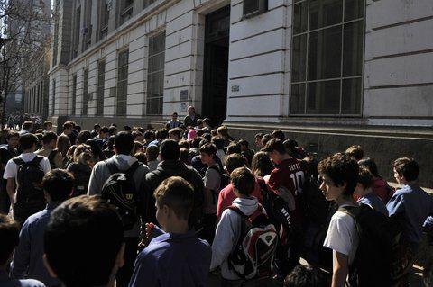 todos afuera. Los alumnos del Politécnico evacuando el lugar. El colegio lidera el ranking de amenazas truchas.