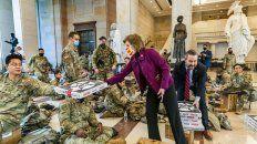 Dos diputados reparten pizzas entre los soldados enviados a proteger el Capitolio en Washington