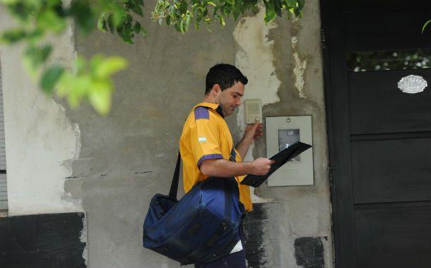 El cartero toca timbre para la entrega postal