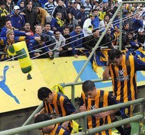 Los jugadores de Central se retiran del Gigante después de caer ante All Boys por 3 a 0 y depositar al equipo en la B Nacional.