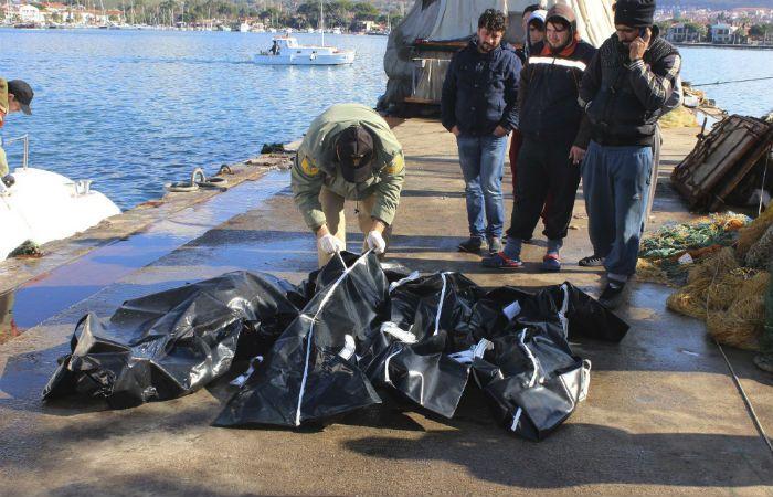Drama. Guardacostas turcos chequean los cuerpos de personas fallecidas en el puerto de Izmir.