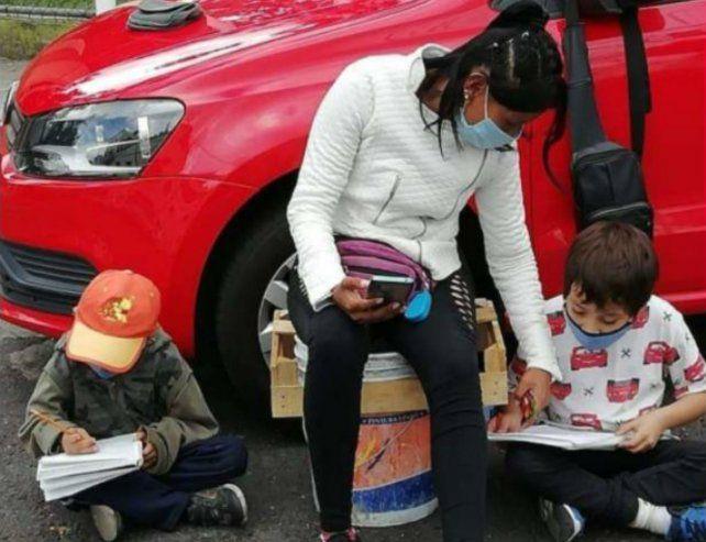 Usa Internet de la calle para las clases de sus hijos y conmueve a todos