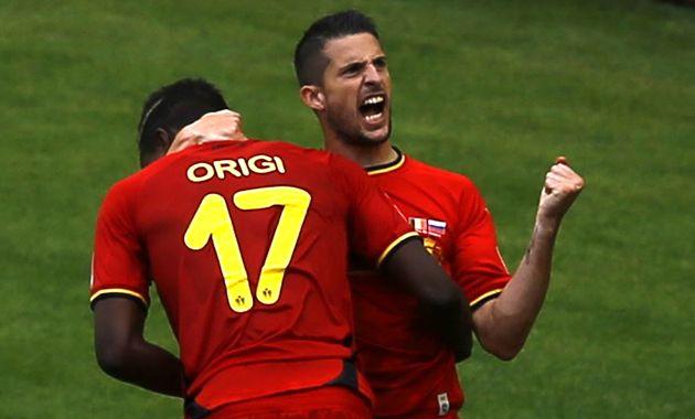 Divock Origi de espalda con la camiseta 17 es el autor del gol agónico que dio el triunfo a Bélgica