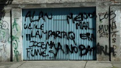 La guerra en un grafitti. En una pintada en el Municipal gente de Alexis Caminos acusó a Los Funes de batir la cana días antes del crimen de Mariela Miranda.