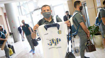 Emiliano Vecchio muestra la camiseta que le regalaron en la puerta del hotel. El Kily aún lo tiene en duda.