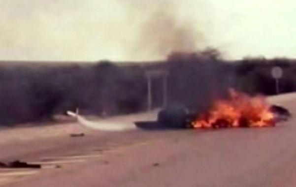 Tragedia en La Rioja. El autogiro se estrelló y arde luego de caer ayer a las 17 cerca del pueblo Los Molinos.