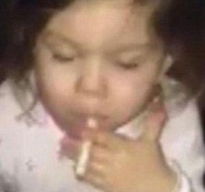 La madre le sacó una foto con un cigarrillo en la boca. (Foto de archivo)