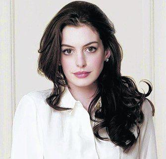 Anne Hathaway será Barbie en el cine