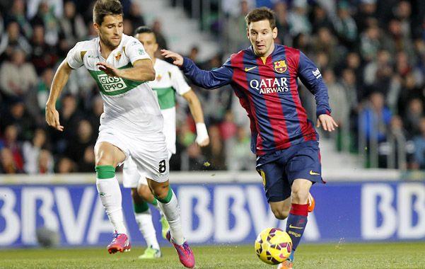 Imparable. Messi encara frente a la marca de Adrián González.