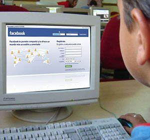 Los adolescentes pasan mucho tiempo en la compu y más aún navegando en las redes.