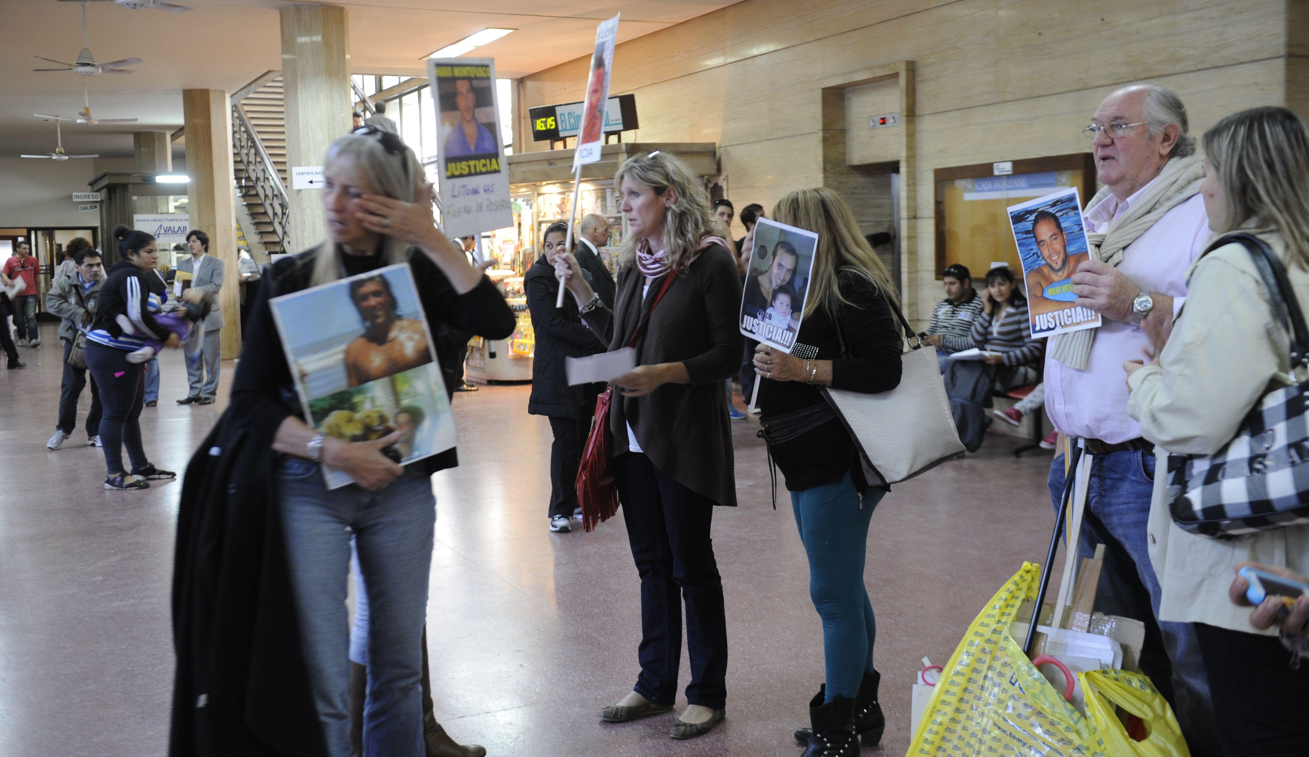 El martes pasado los familiares ingresaron a las oficinas de Litoral Gas para pedir que los reciban las autoridades. (Foto: V. Benedetto)